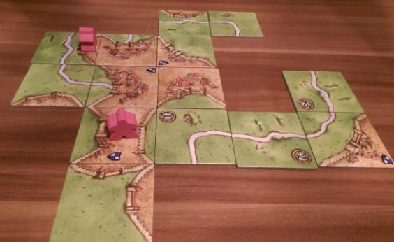 Ein Plättchen zu finden, mit dem man die folgende Stadt abschließen kann, ist nicht so schwierig, man benötigt nur ein Plättchen, das im Uhrzeigersinn zwei Mal eine Wiese und einmal eine Stadt an der Seite hat. Die vierte Kante ist hierbei total egal. Davon gibt es einige Plättchen, und die Chance dass der Spieler seine Stadt fertigstellen kann (und damit die vollen Punkte bekommt), ist recht hoch. (Es gibt im alleine Grundspiel7 Kärtchen, die die Stadt sofort abschließen würden.